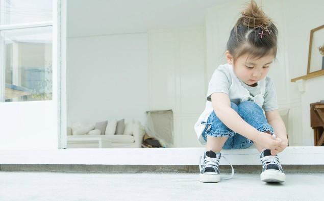 Imparare ad annodarsi le scarpe: giocare con allacciature