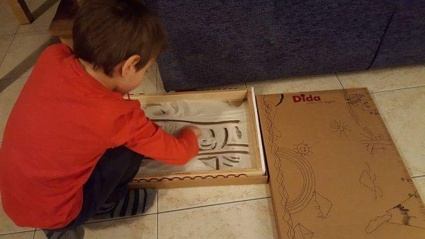 Lavagna di sabbia: come usarla ispirandosi al metodo Montessori